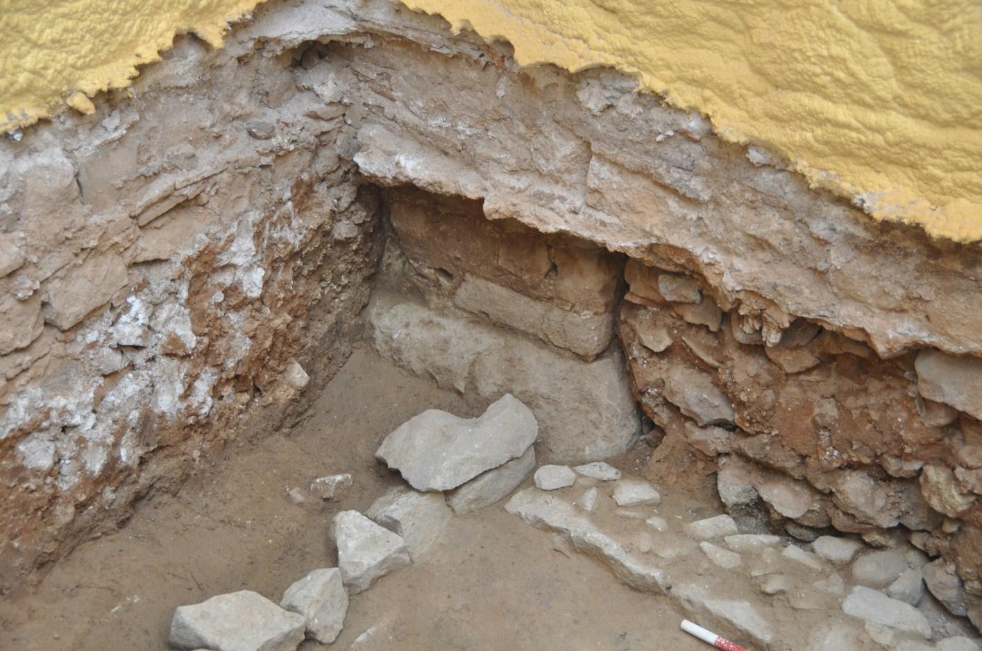 Vista de detall de la base i el pilar de l'aqüeducte, integrat dins de la paret mitgera de totes dues finques. Intervenció del carrer de les Magdalenes. Foto: SABCN