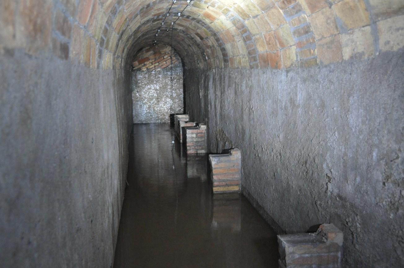 Galeria del refugi inundada parcialment d'aigua, i restes de bancs. Torre de la Sagrera. Foto: SABCN