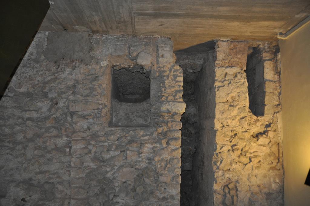 Vista de les dues conduccions d'aigua a l'interior de la Casa de l'Ardiaca