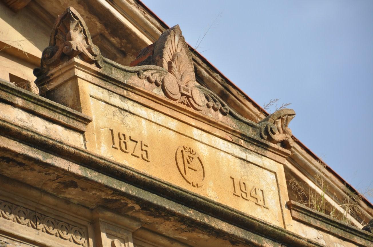 Detall de l'entrada de l'edifici amb les dates de construcció de l'edifici. Foto: SABCN