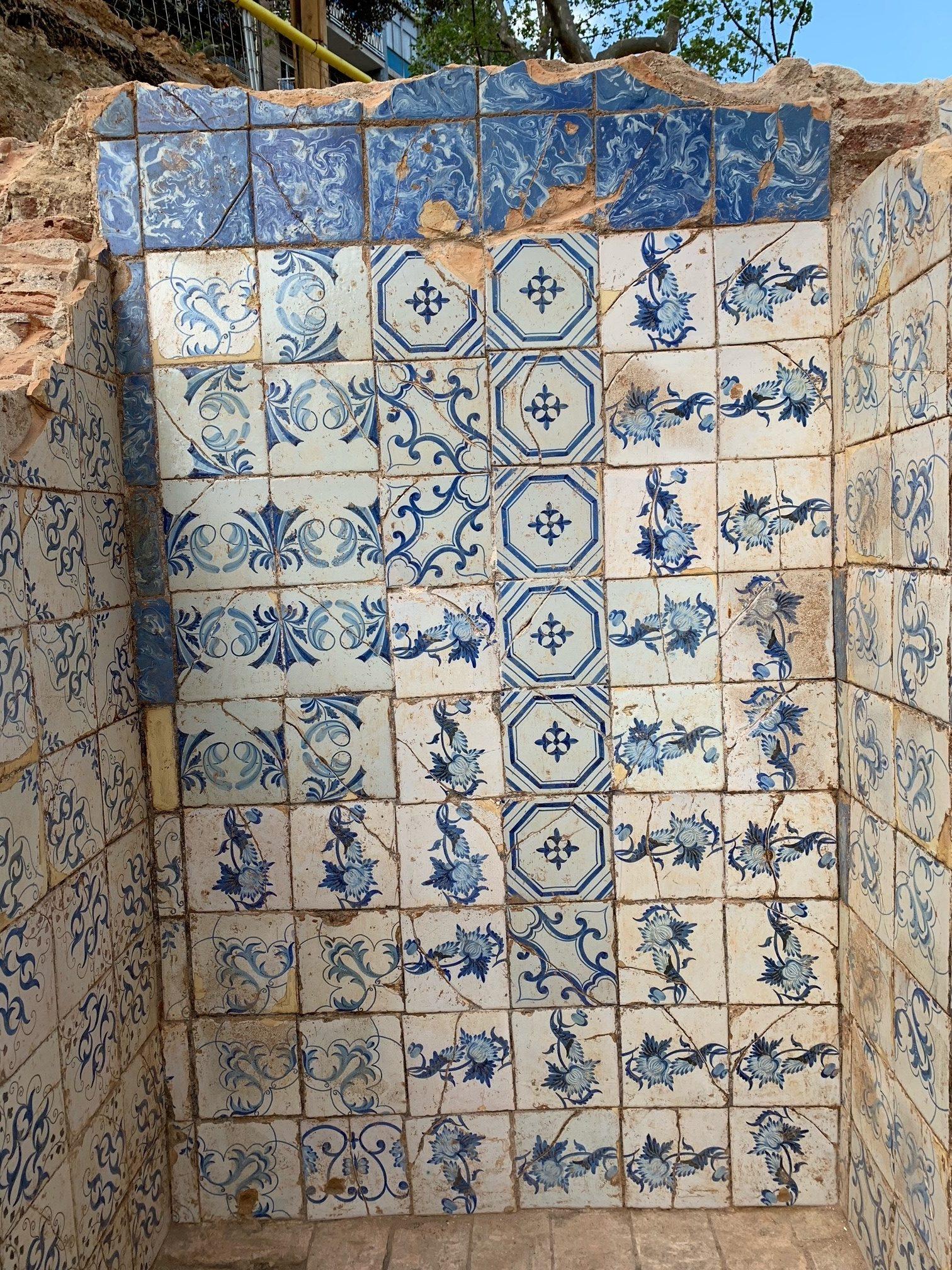 Detall de les rajoles decorades amb motius florals i geomètrics d'un dels dipòsits (Fotografia: Miriam Esqué)