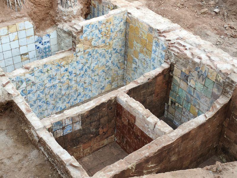 Dipòsits revestits amb rajoles decorades amb diferents motius (Fotografia: Servei d'Arqueologia de Barcelona)