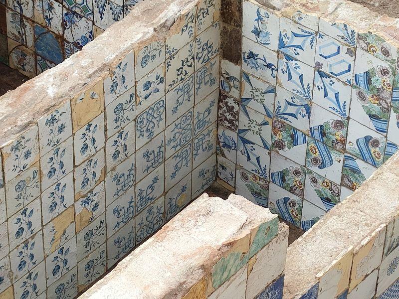 Detall de les rajoles decorades amb motius florals d'un dels dipòsits (Fotografia: Servei d'Arqueologia de Barcelona)