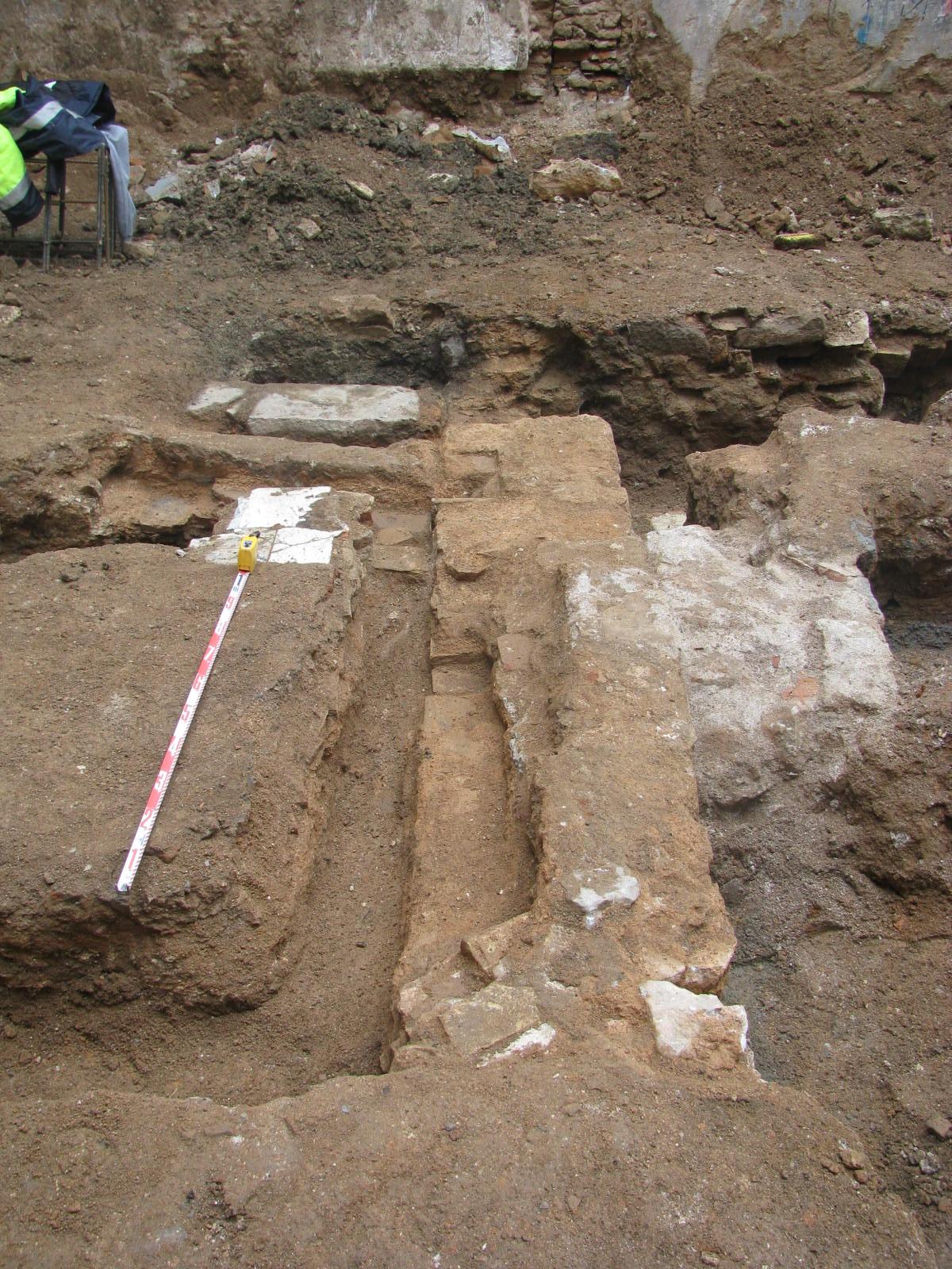 Restes de murs al pati de Sant Pere Més Baix, 48-50. Foto: Iñaki Moreno (ATICS S.L.)