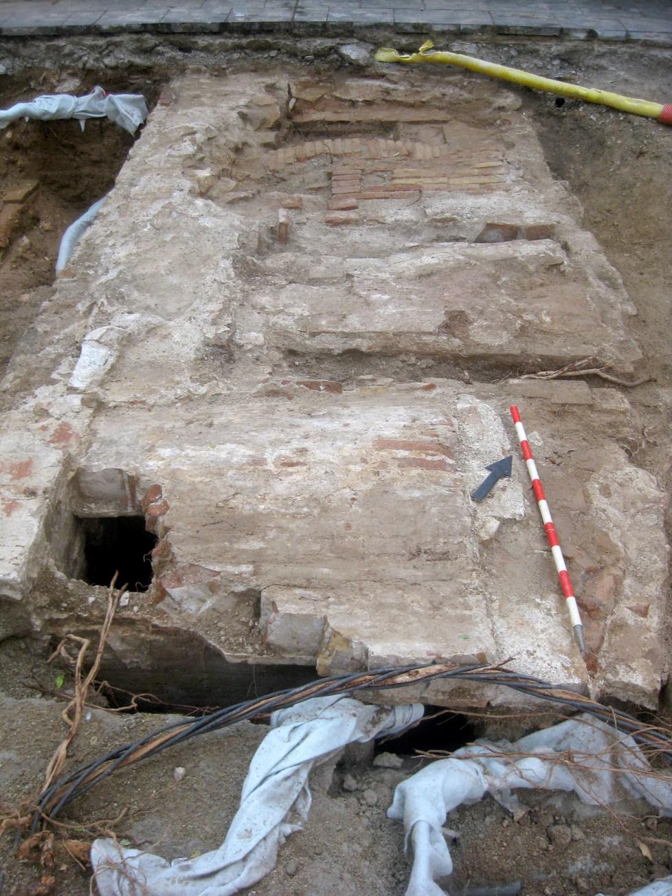 Mur, dipòsits i clavegueres corresponents a l'església de Sant Agustí (s. XVIII). Foto: Esteve Nadal
