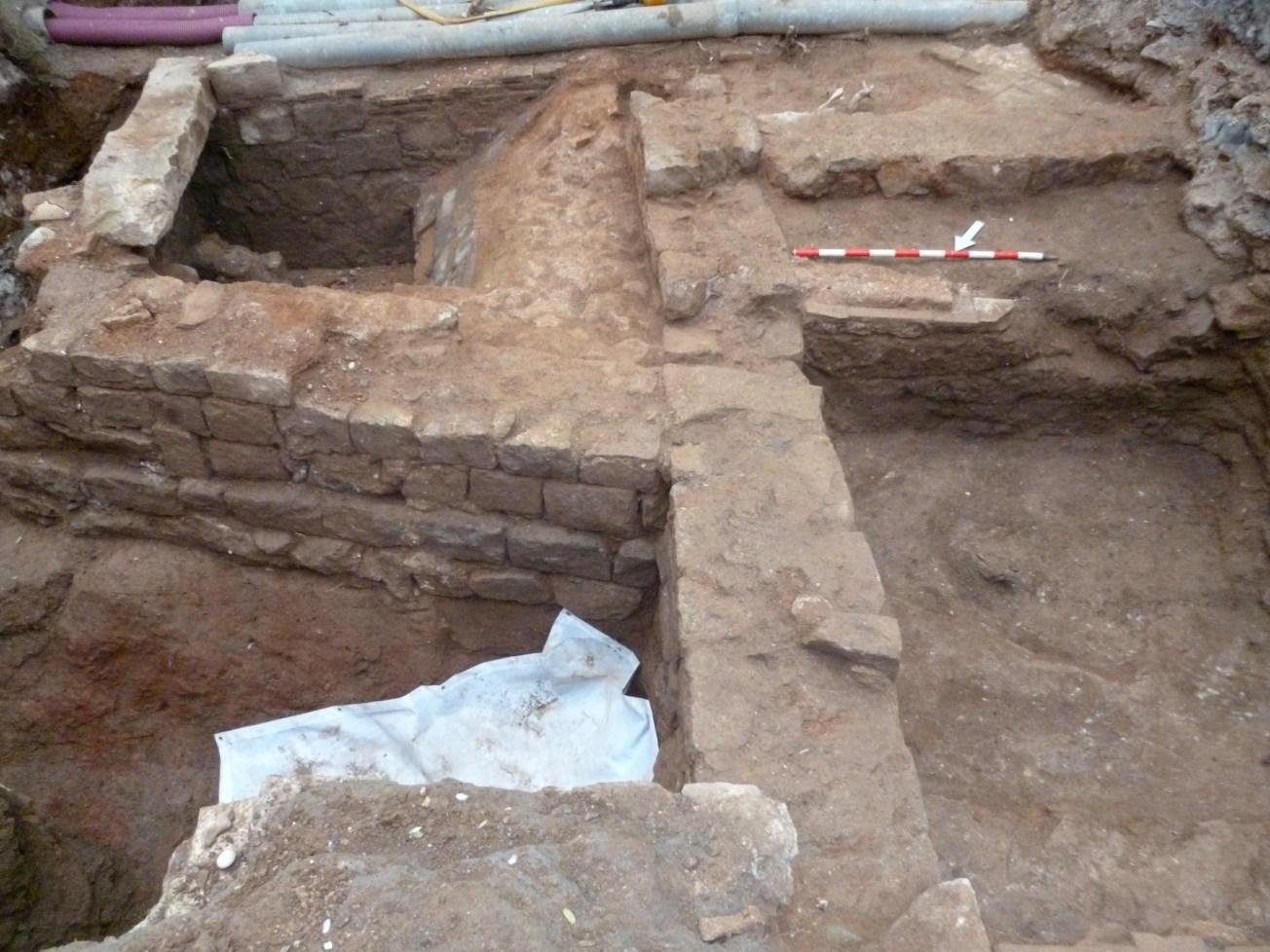Murs i pou corresponent a una edificació prèvia a la construcció de l'església de Sant Agustí. Foto: Esteve Nadal