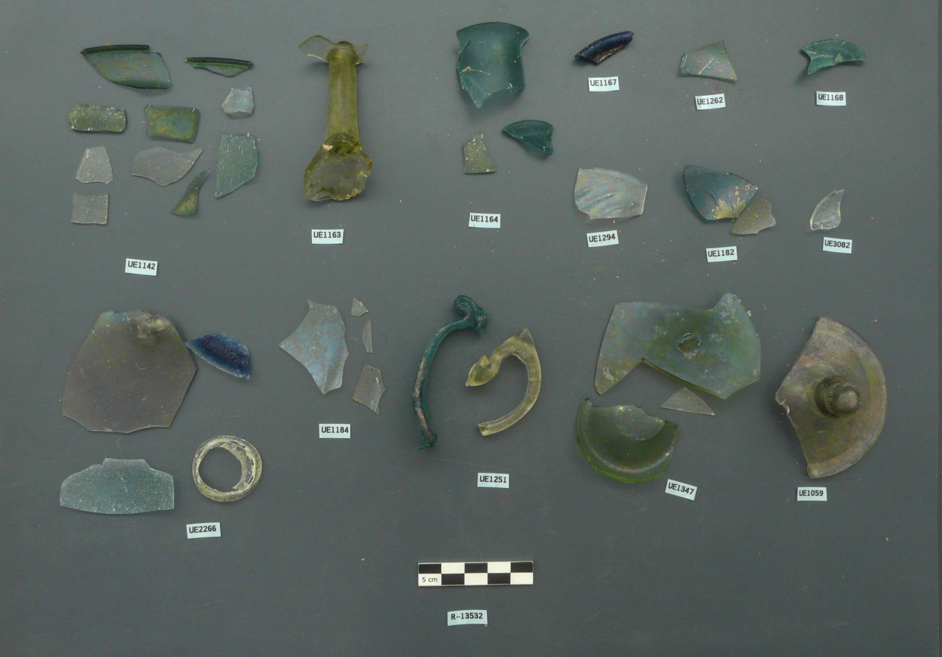 Peces de vidre recuperades del carrer d'en Rull, 10-14, després del tractament. (Foto: Servei d'Arqueologia)