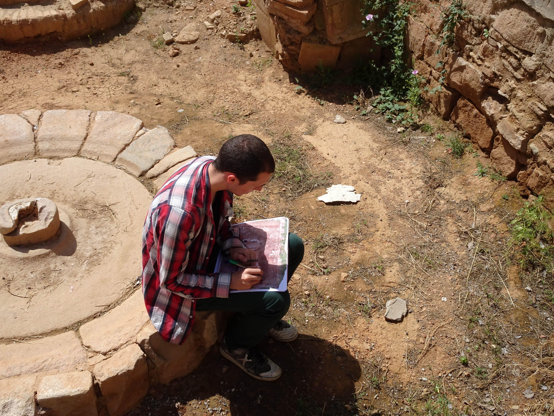 Observació i documentació gràfica de l'estat de conservació de la intervenció als Jardins de Victoria de los Ángeles. (Foto: Servei d'Arqueologia)