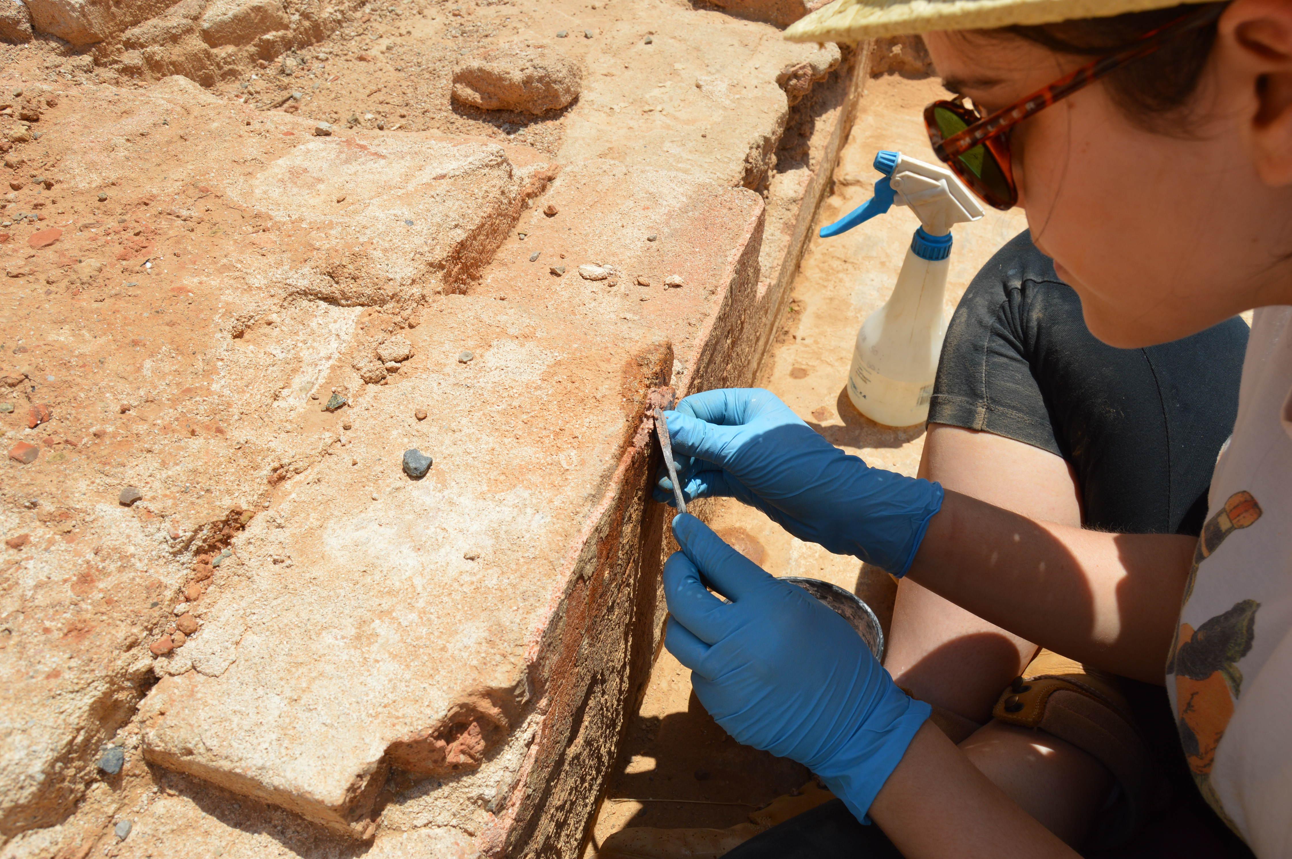 Consolidació –mitjançant aplicació de morter de calç– del revestiment d'un mur de la intervenció als Jardins de Victoria de los Ángeles. (Foto: Servei d'Arqueologia)