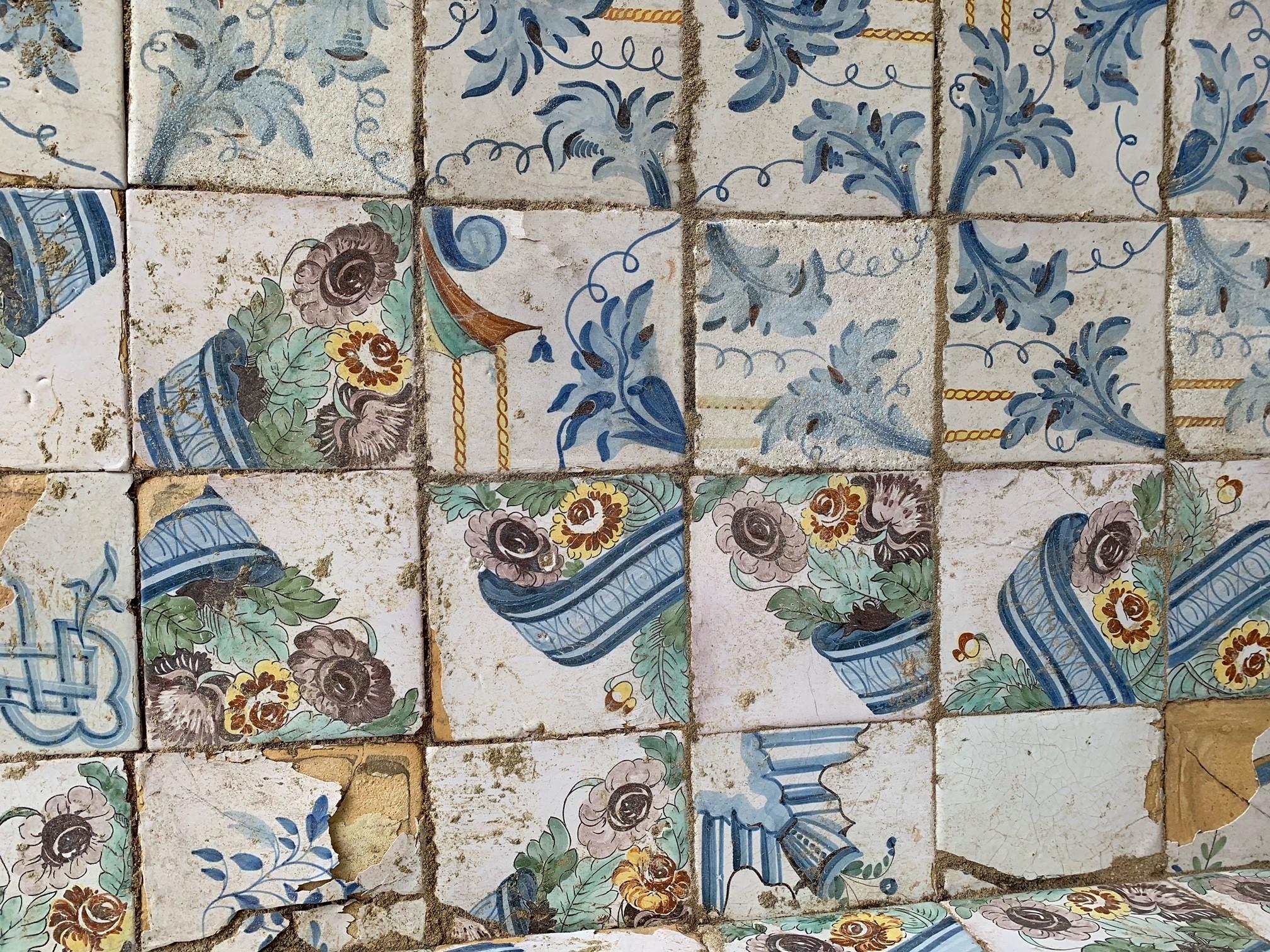 Detall de rajoles decorades amb diferents motius (Fotografia: Miriam Esqué)