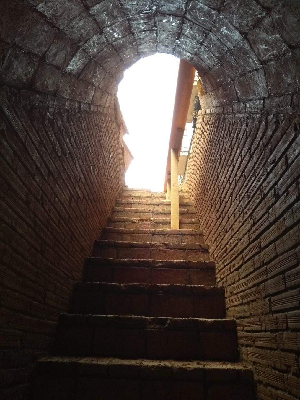 Escales d'accés al refugi del carrer de la Florida. Foto: Jordi Ardiaca