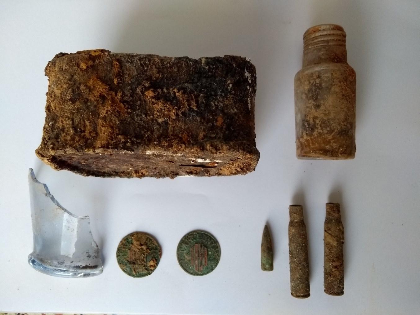 Materials arqueològics recollits durant els treballs de neteja de l'accés al refugi. Foto: Jordi Ardiaca