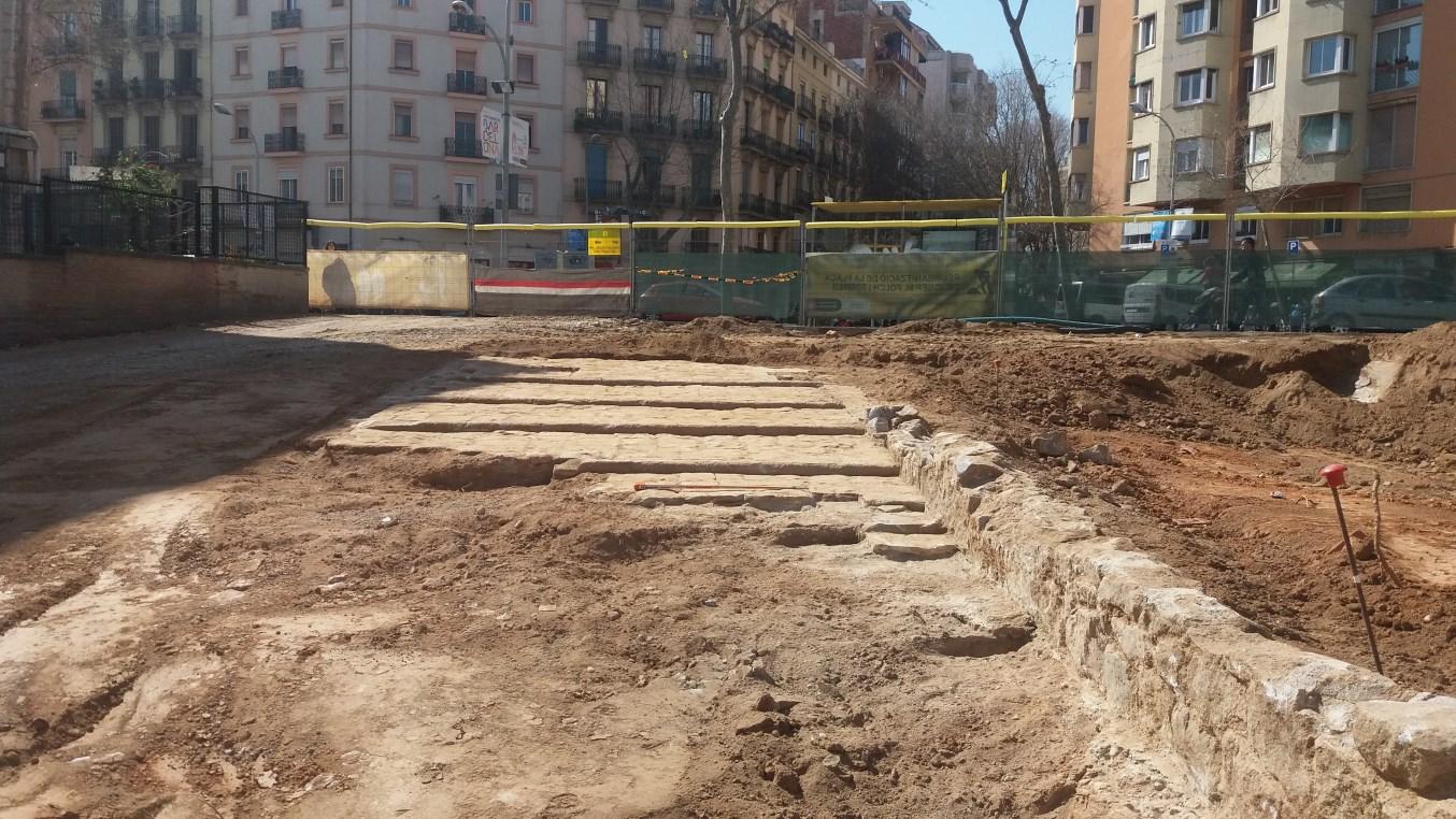 Escales monumentals de la primera urbanització de la plaça de Josep Maria Folch i Torres (Foto: Conxita Ferrer)