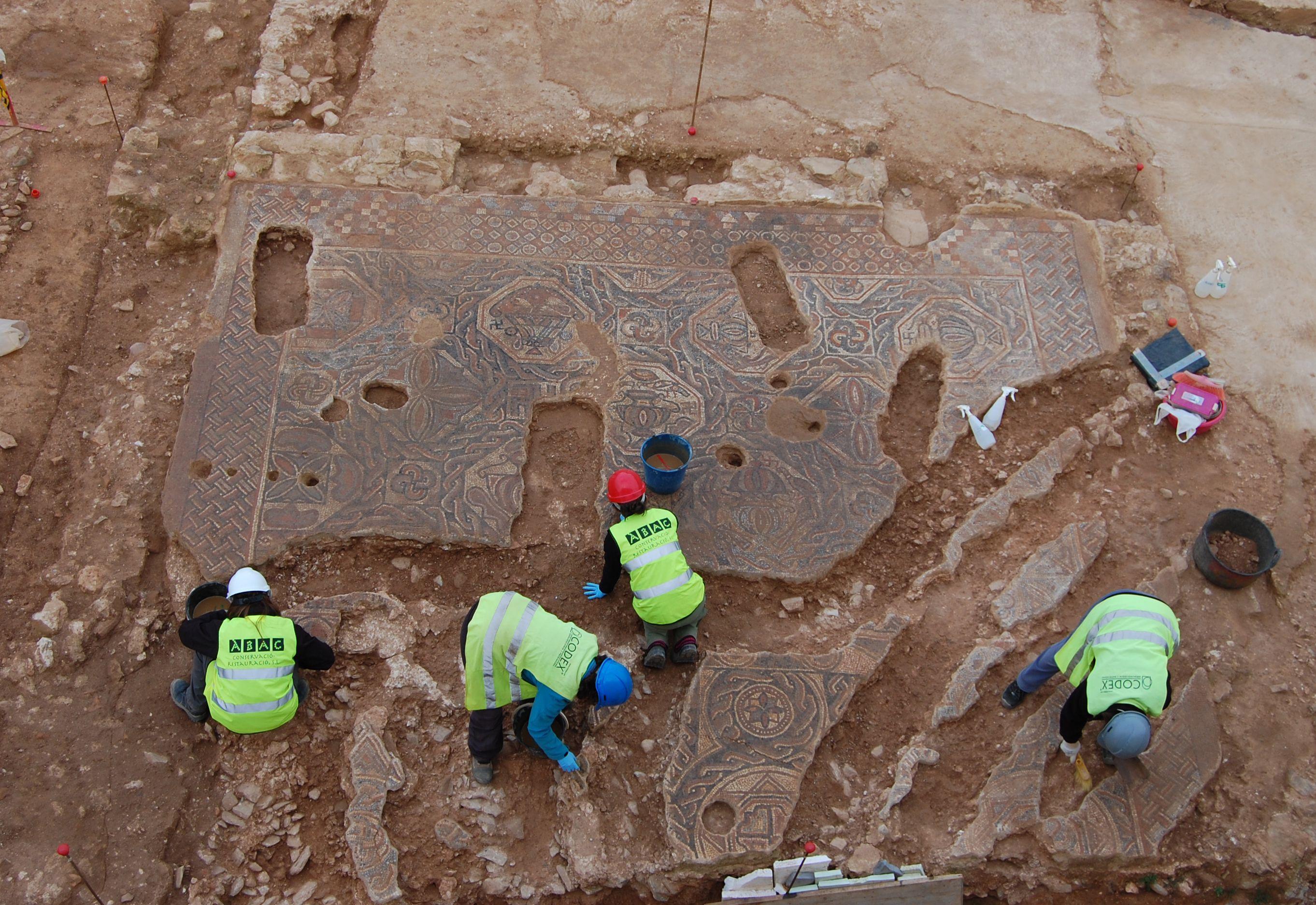 Procés de conservació del mosaic romà de la vil•la romana del Pont del Treball Digne, barri de la Sagrera. Foto: Àbac Conservació-Restauració