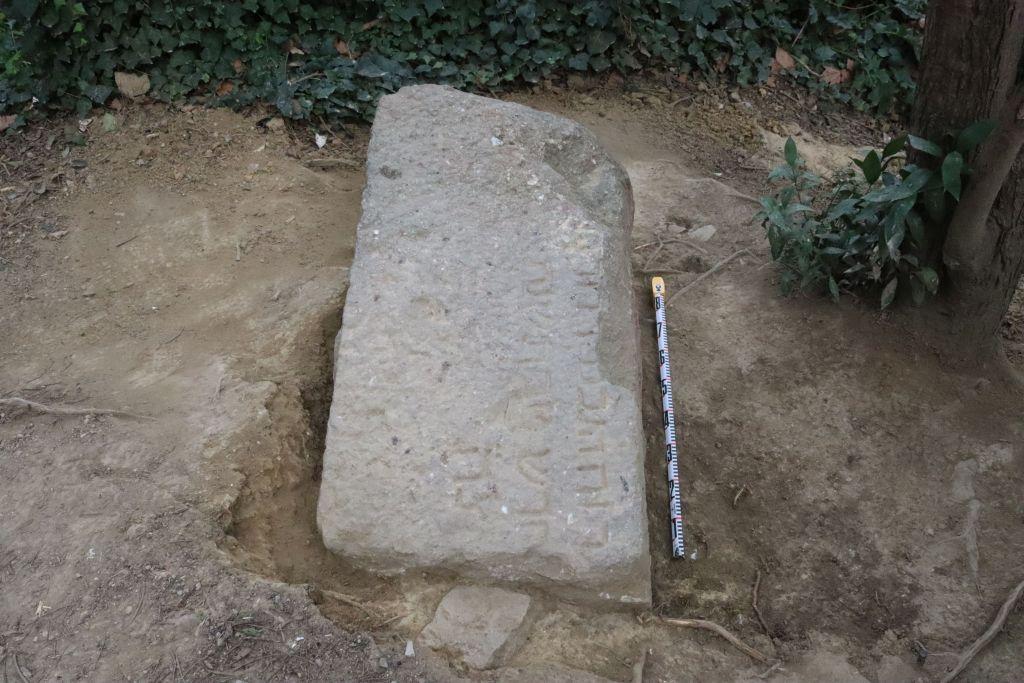 Treballs de delimitació, neteja, excavació i documentació de la làpida. Foto: Vanesa Triay (ATICS SL)