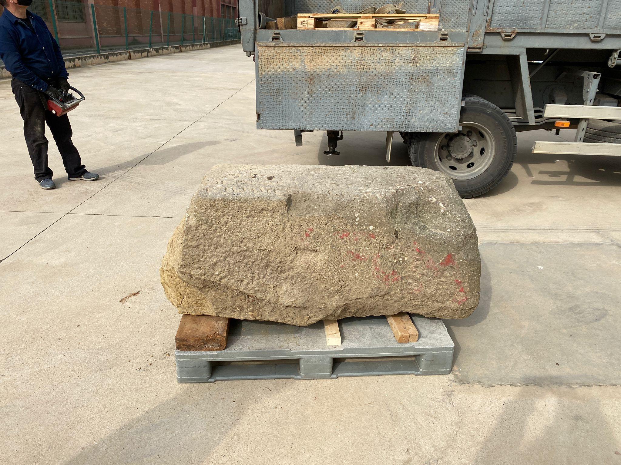 Làpida un cop transportada al Centre de Conservació de Bens Mobles del Museu d'Història de Barcelona (MUHBA). Foto: Vanesa Triay (ATICS SL)