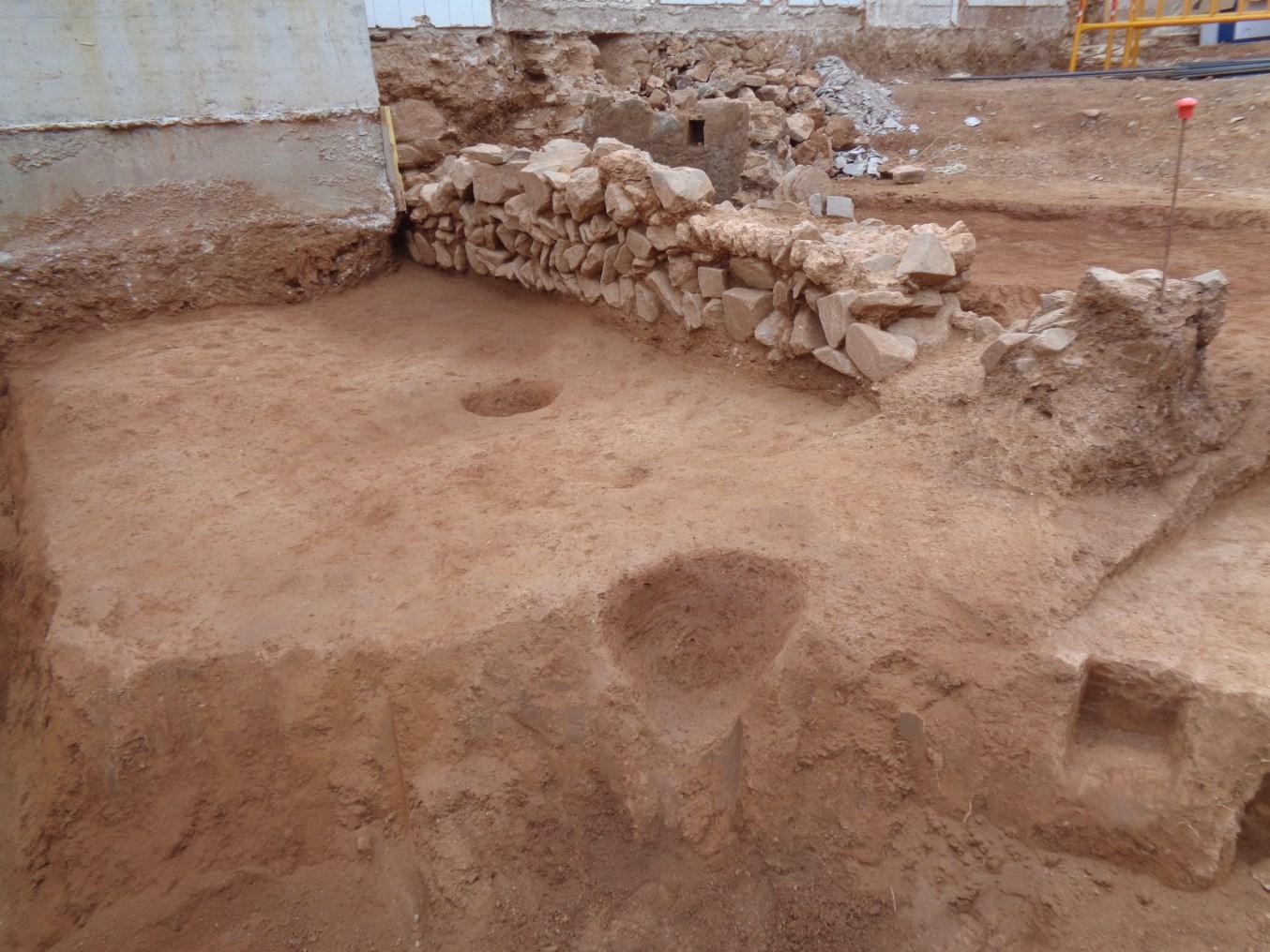 Mur d'època medieval localitzat al pati posterior del mas (Foto: Òscar Varas)