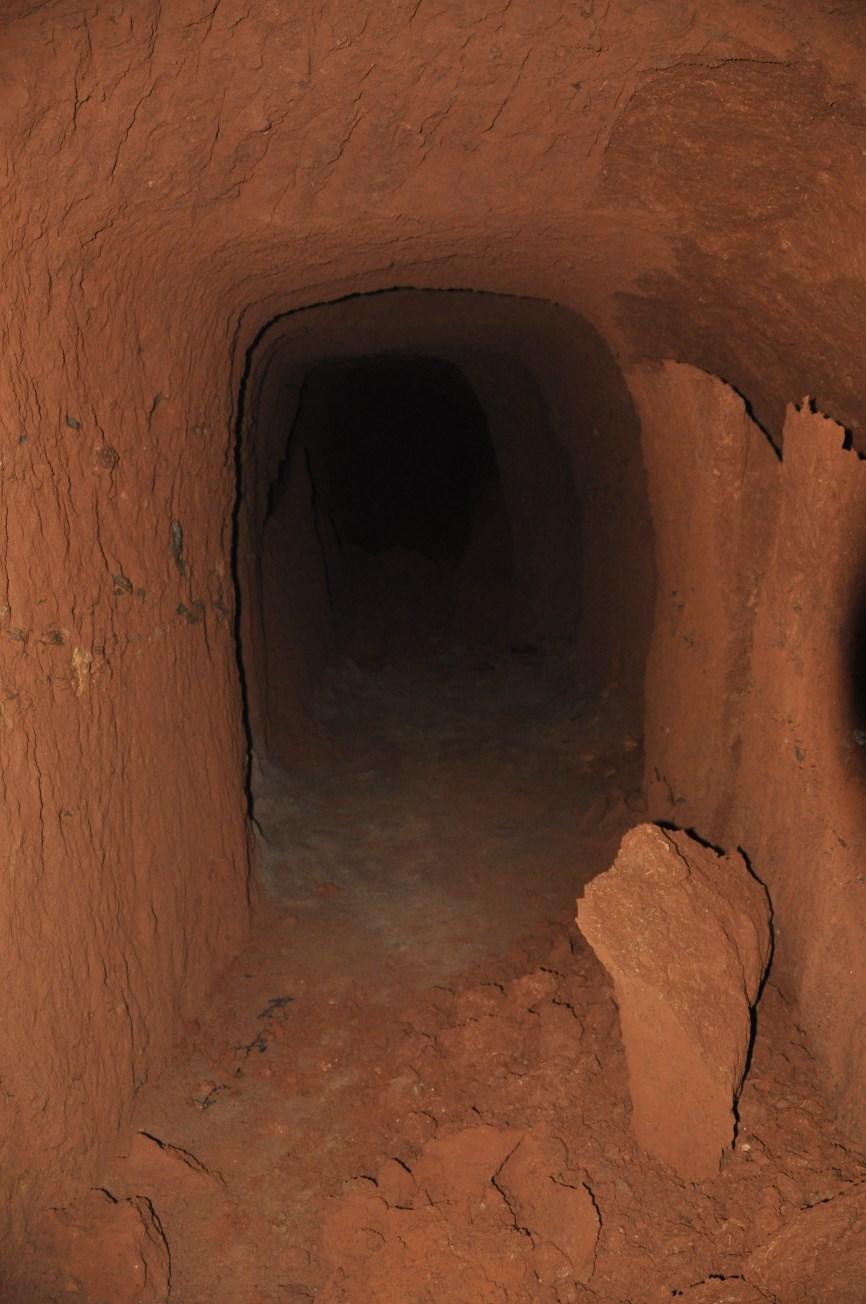 Galeria inacabada del refugi amb parets caigudes. Foto: SABCN
