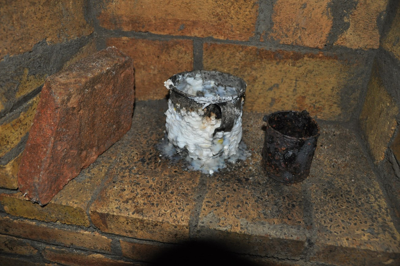 Tasses de ferro localitzades a l'interior del refugi.Foto: SABCN