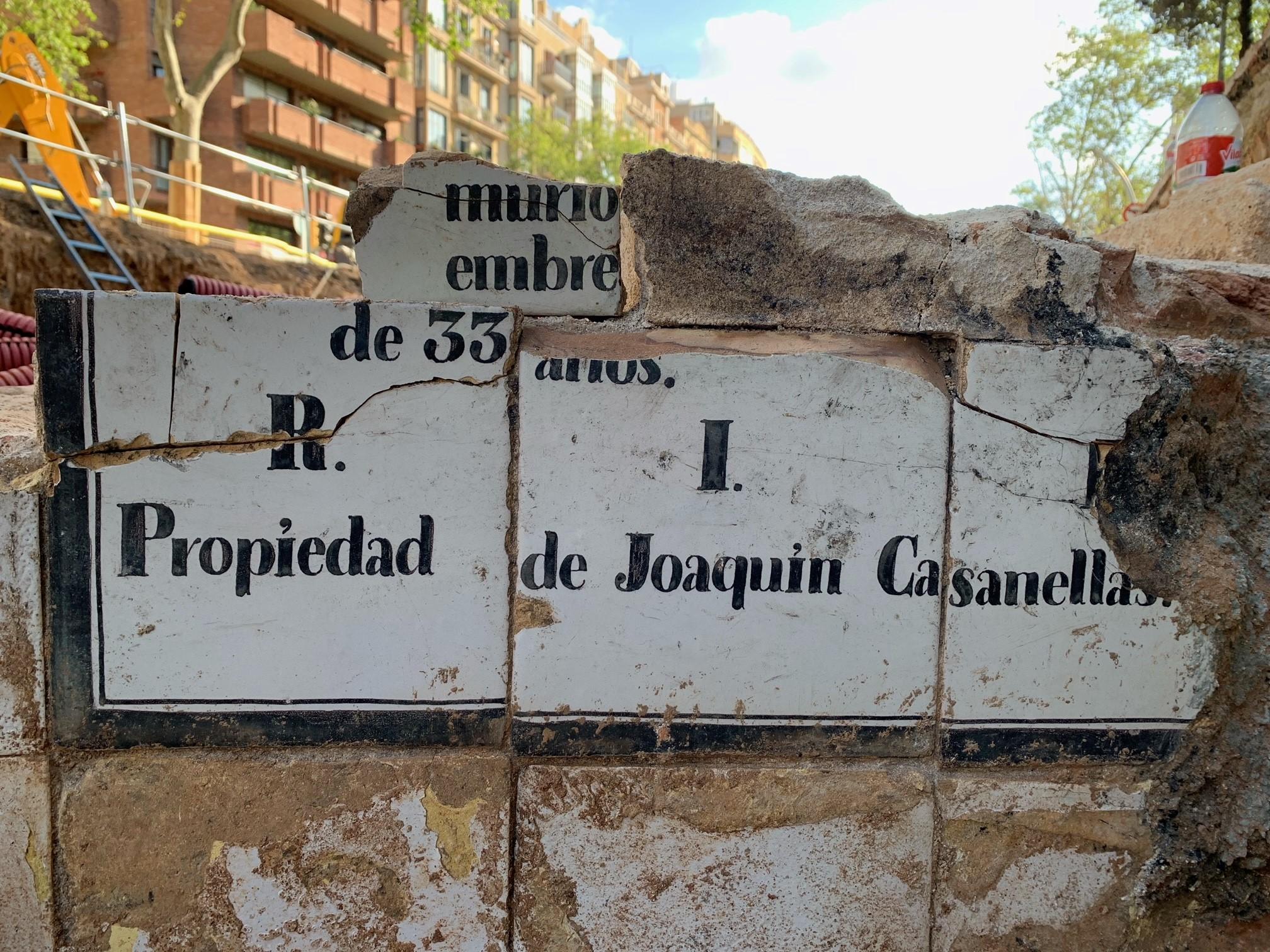 """Inscripció en negre sobre fons d'esmalt blanc, relacionada amb la defunció d'un individu """".....murio (data).... (septi/novi/dici)embre ...(a la edad) de 33 años. R.i.P. Propiedad de Joaquin Casanellas"""". (Fotografia: Miriam Esqué)"""