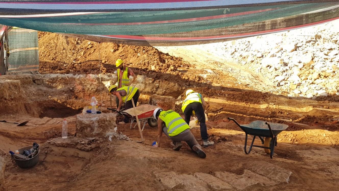 Equip arqueològic durant el procés d'excavació. Foto: SABCN