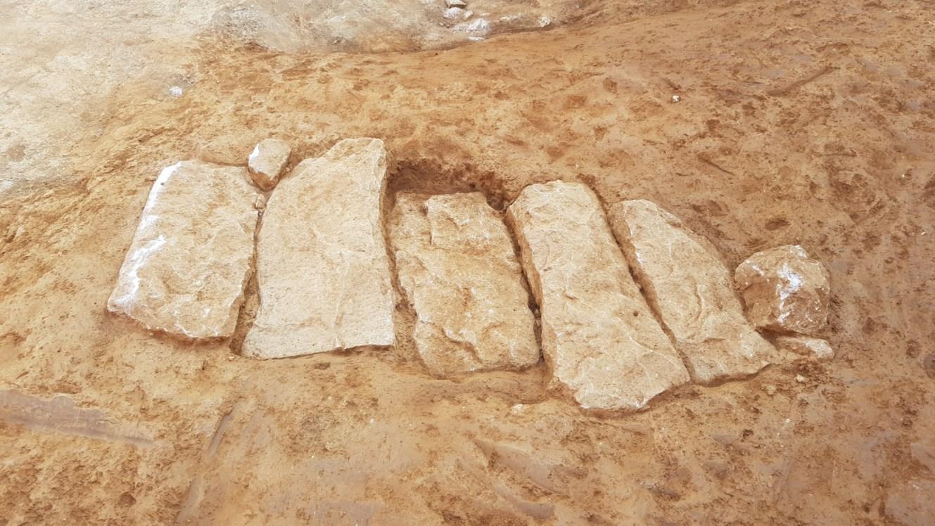 Tomba altmedieval amb coberta de lloses de pedra. Foto: SABCN