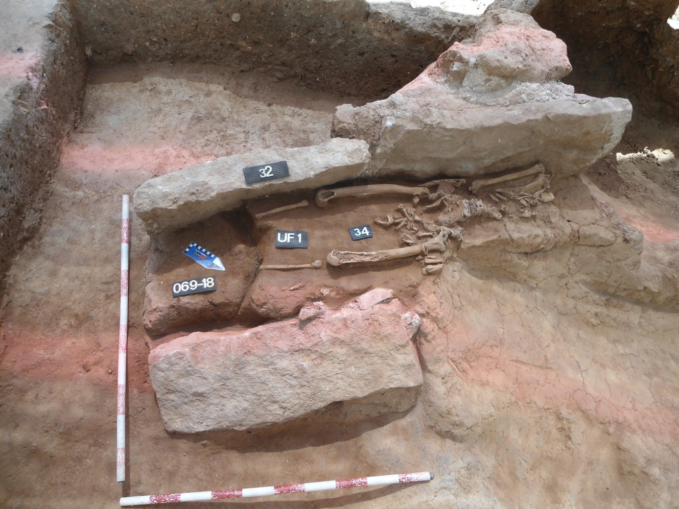Tomba excavada amb caixa de pedra o cista, i l'inhumat al seu interior. Foto: Jordi Serra