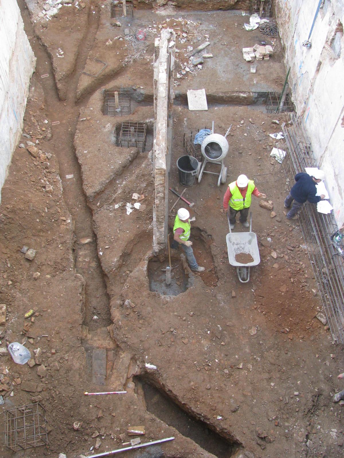 Treballs d'excavació de les rases al pati de l'edifici de Sant Pere Més Baix, 48-50. Foto: Iñaki Moreno (ATICS S.L.)