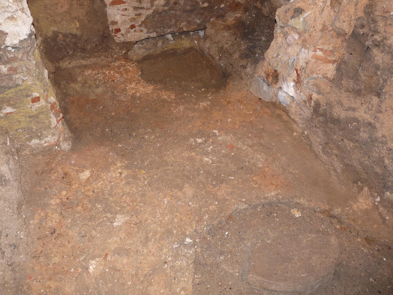 Paviment romà d'opus signinum retallat per una sitja tardoantiga. Foto: Jordi Ardiaca