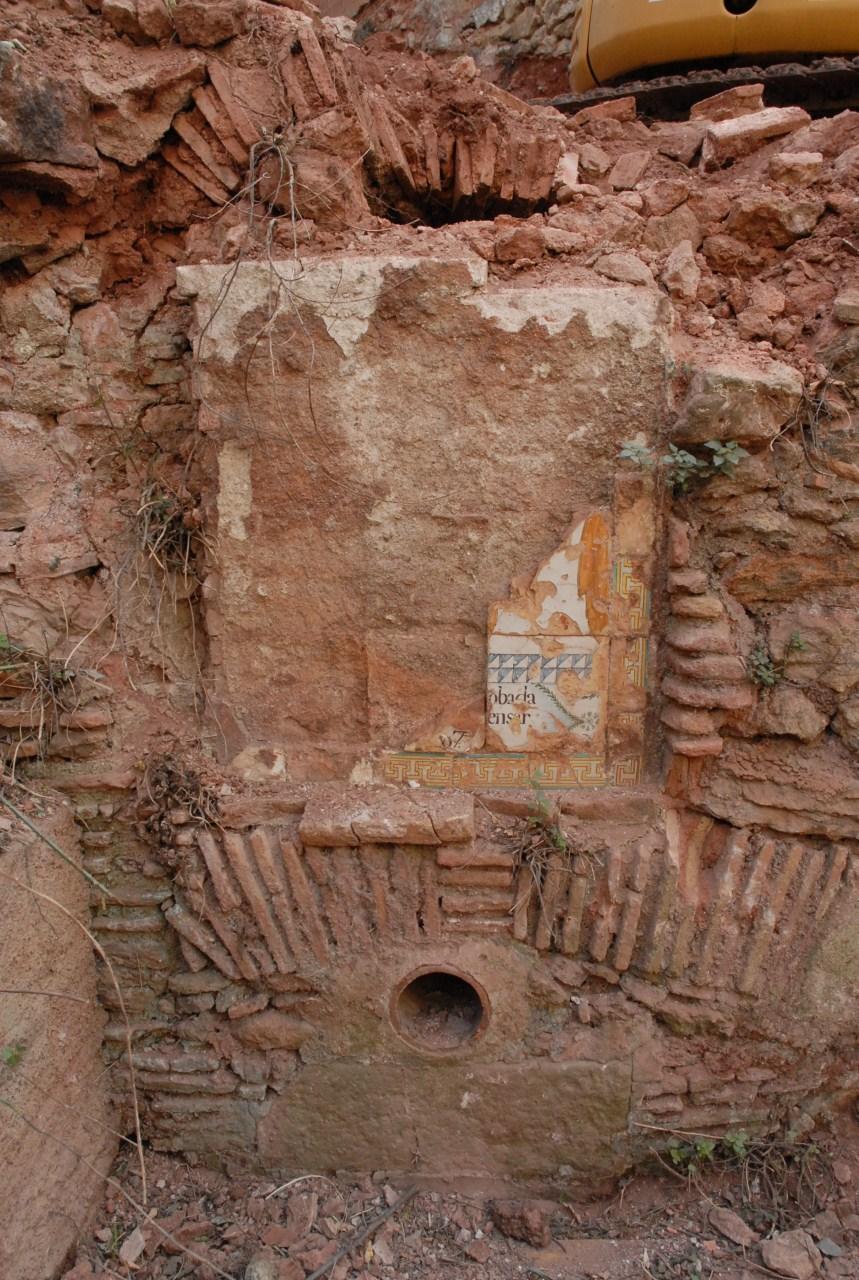 Estat de la Font Rúbia abans d'iniciar els treballs d'extracció del plafó ceràmic. Foto: Cristina Martí
