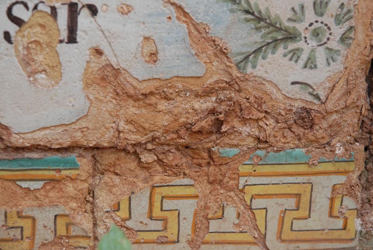 Detall del plafó ceràmic de la Font Rúbia abans d'iniciar els treballs in situ de neteja. Foto: Cristina Martí