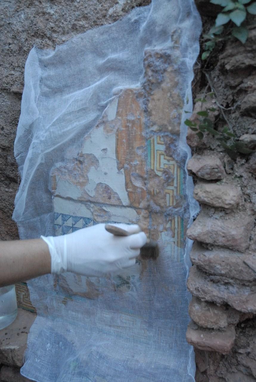 Treballs d'engassat del plafó ceràmic. Foto: Cristina Martí