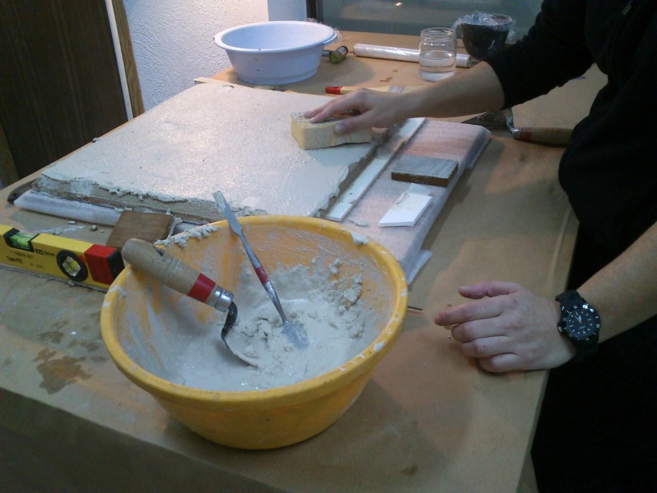 Preparació de la planxa de suport pel plafó ceràmic de la Font Rúbia. Foto: Núria Piqué.