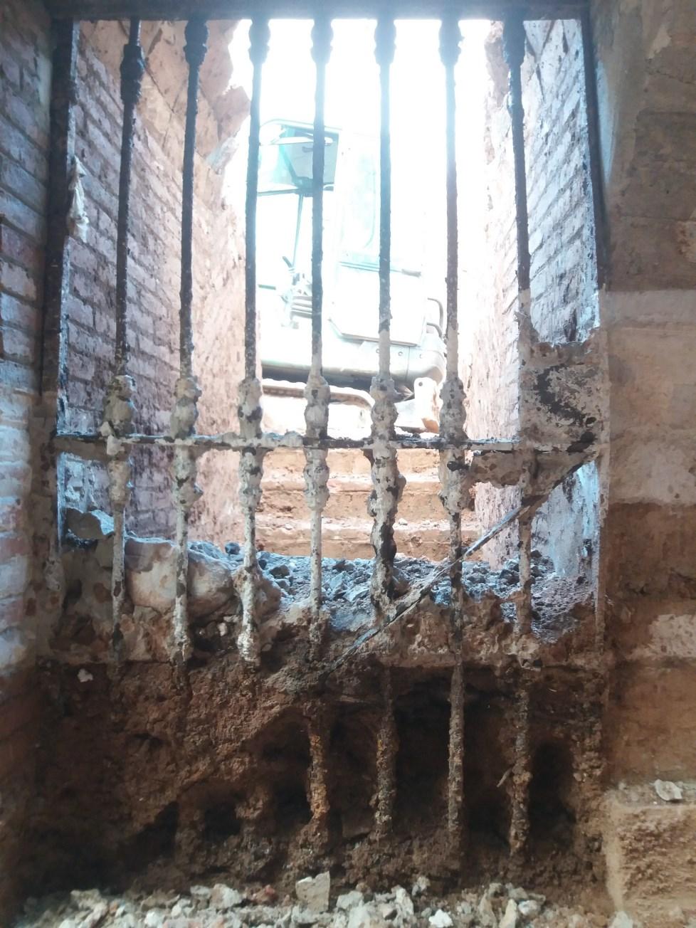 Localització in situ de la porta de ferro d'accés al refugi antiaeri de Poeta Cabanyes. Foto: SABCN