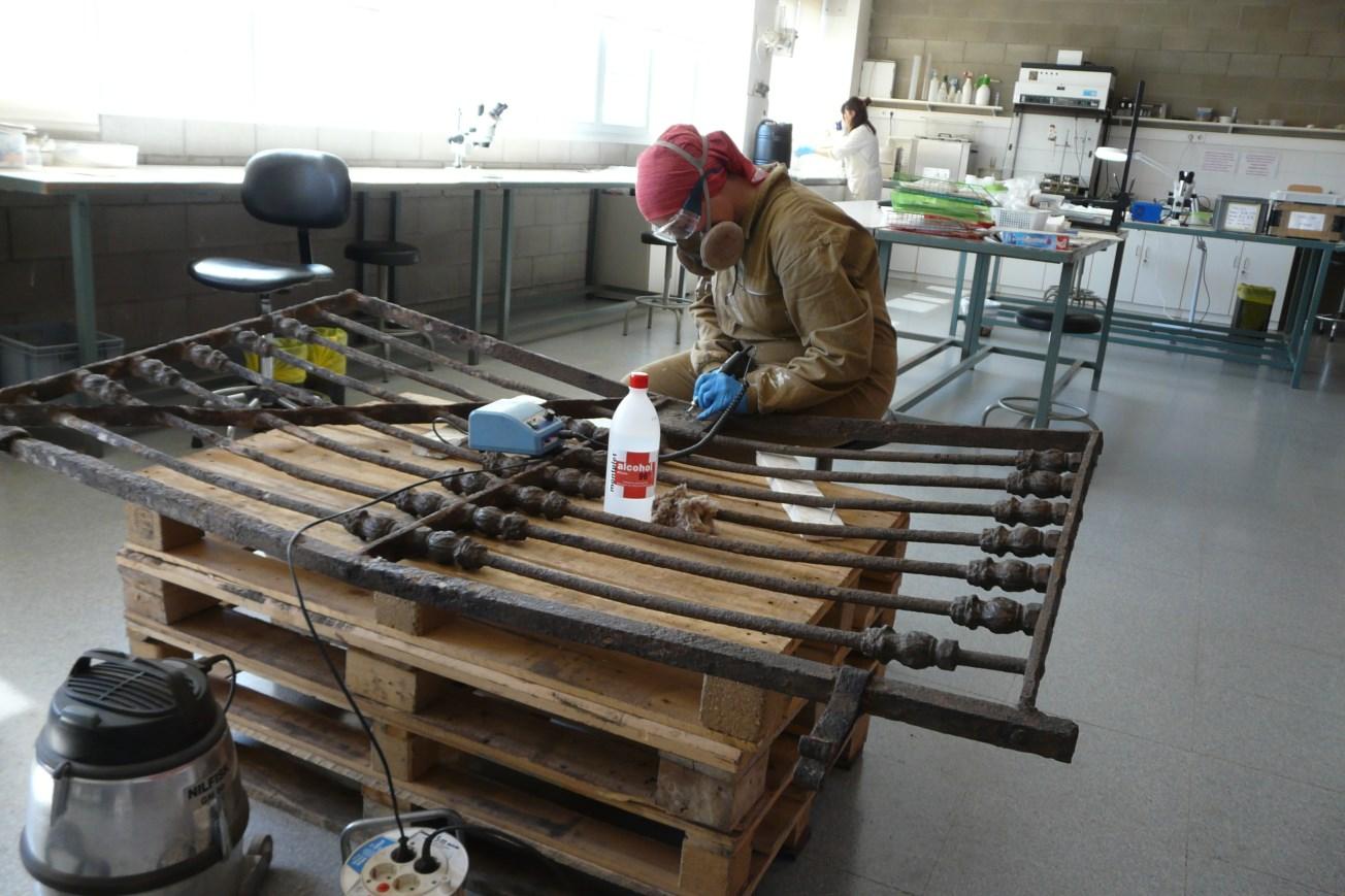 Procés dels treballs de neteja i restauració de la porta. Foto: SABCN