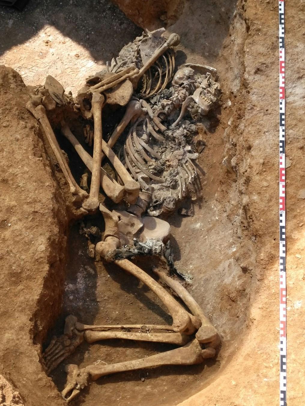 Enterrament amb les dues inhumacions un cop excavades i netejades. Foto: Esther Medina