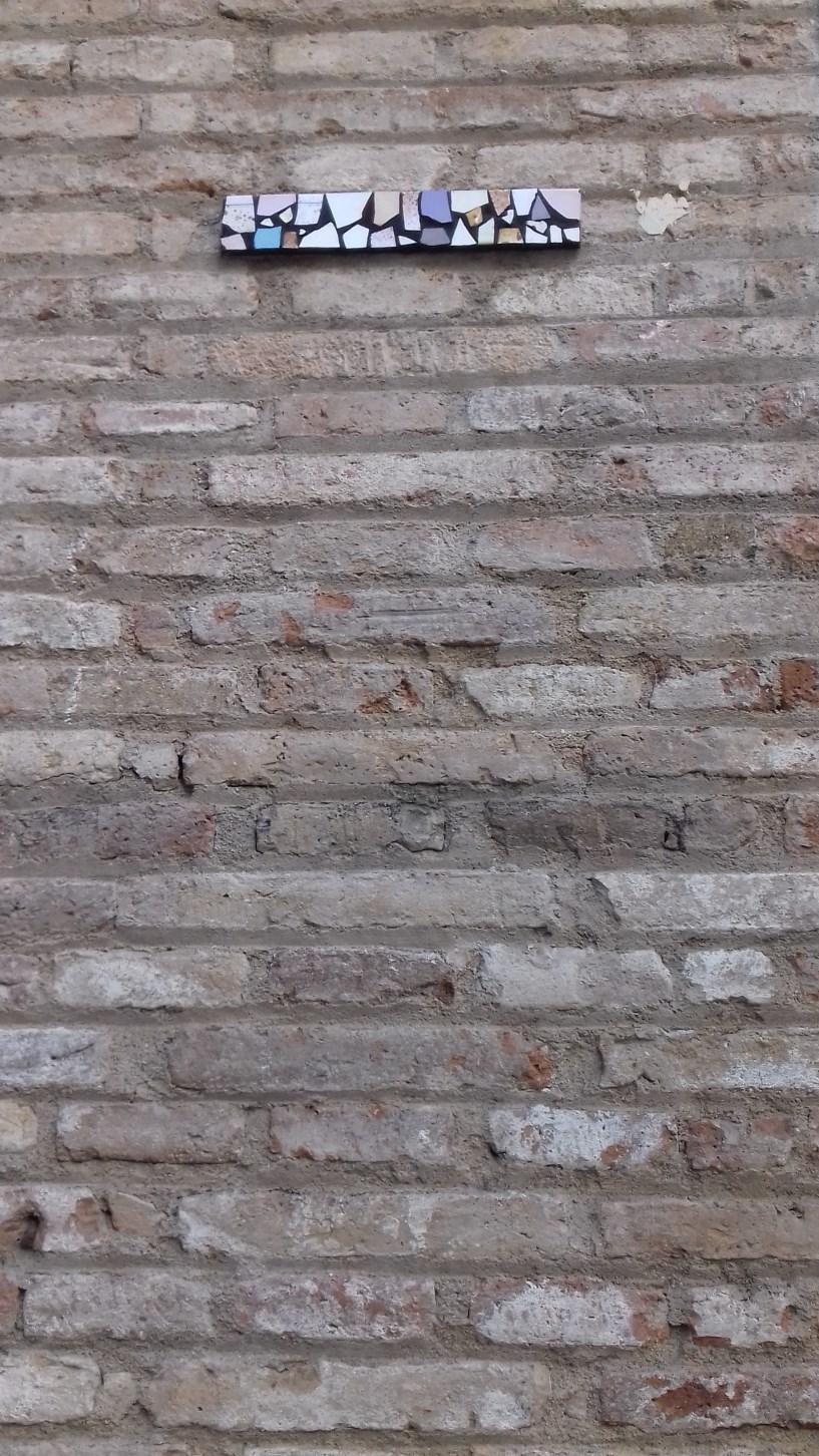 Trencadís, carrer de Sant Pere Més Alt, 74 (Foto: anònim)
