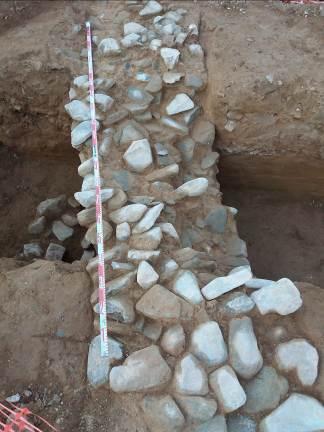 Mur d'època moderna relacionat amb un marge de cami o límit de parcel.la. Foto: Marta Nolla