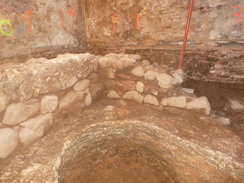 Vista general dels murs alt imperials amb una reforma del segle IV dC. Foto: Jordi Ardiaca