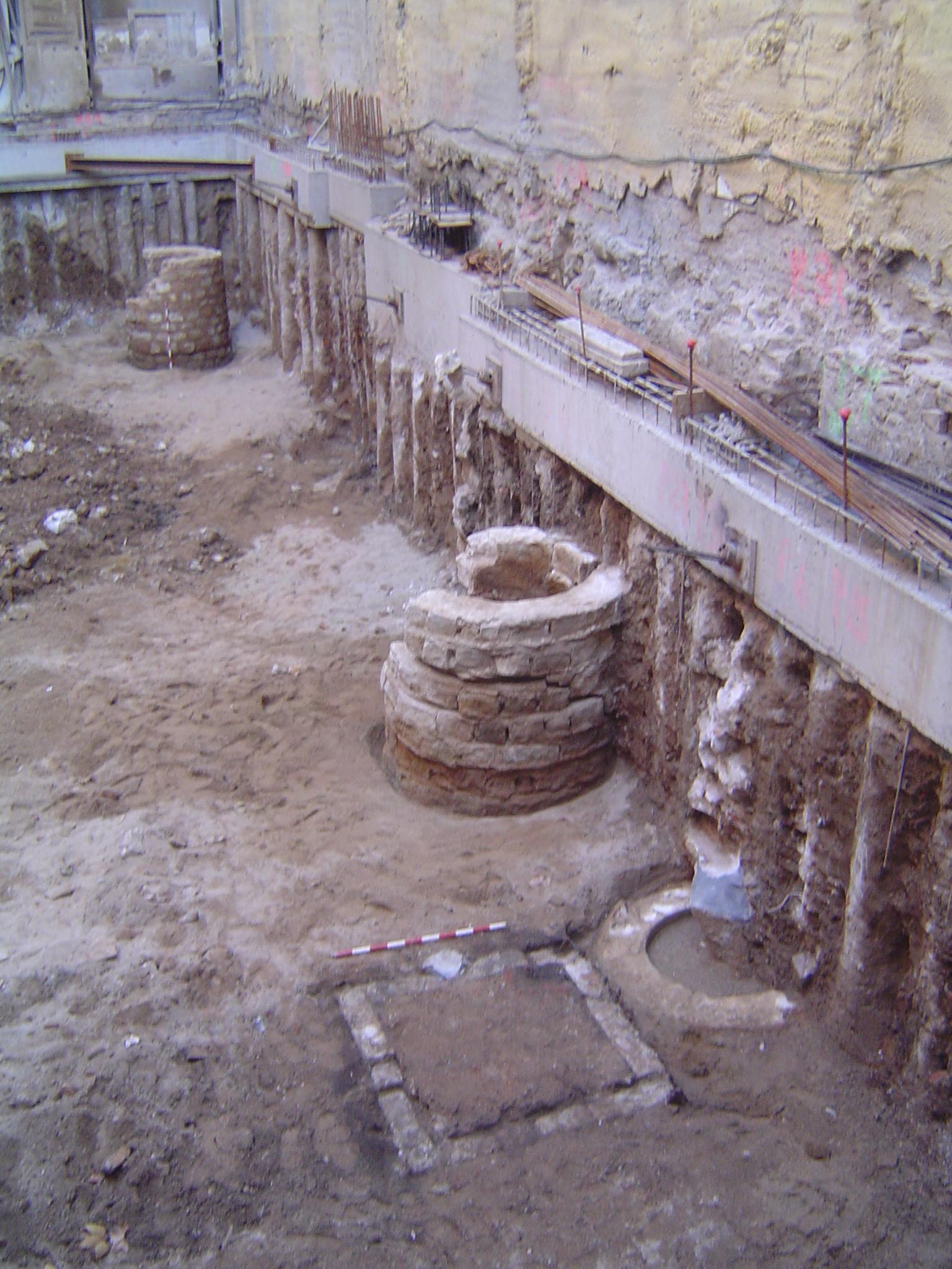 Vista general dels tres pous documentats, així com d'un pou mort de l'edifici del segle XIX. Foto: Jordi Petit