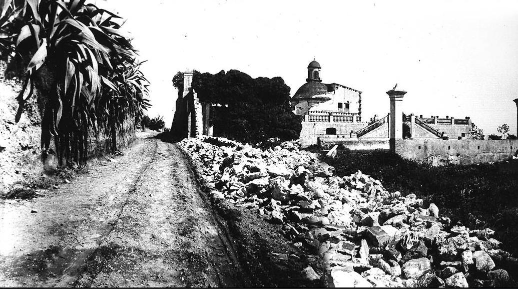 La Torre Xifrè a mig derruir. 1900 (Martín, C., Memòria dels barris,