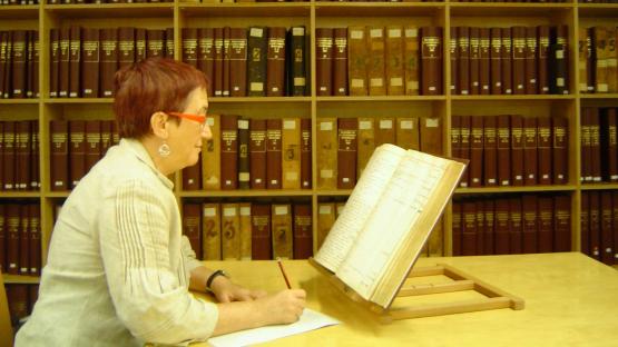 Usuari consultant documents a la sala