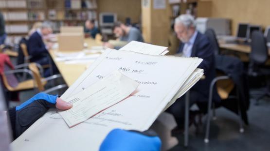 Ciudadanos consultando documentos en la sala