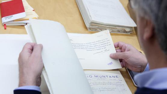 Ciudadano consultando documentos en la sala
