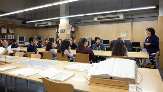 Grup escoltant les explicacions en una visita comentada. AMCB. Eva Guillamet
