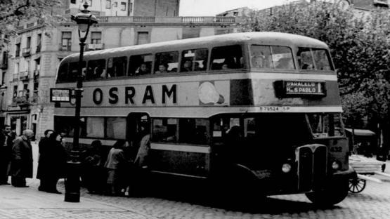 Foto de la cua per agafar l'autobús de la línia que anava del Paral.lel a l'Hospital de Sant Pau.