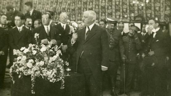 Photography of Josep Puig i Cadafalch making  a speech.