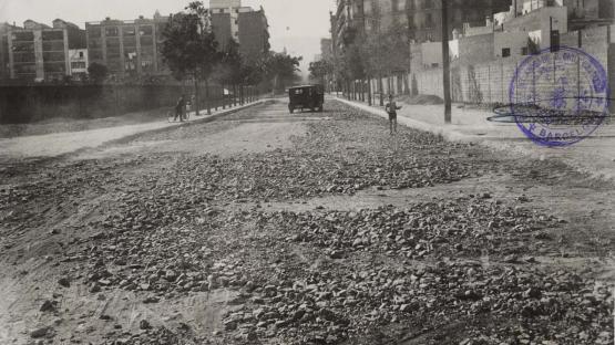In 1933, a contest was convened to establish a set of bus lines in Barcelona. The image corresponds to Carrer de Casanova between Carrer d'Aragó and Carrer del Rosselló. 1934.