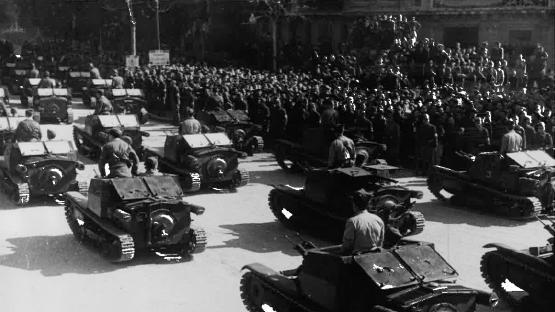 Desfilada de los carros de combat de l'exèrcit de terra pels carrers de Barcelona, 21 de febrer de 1939. Autor Pérez de Rozas. AMCB. Fons Ajuntament de Barcelona: B101 Actes protocol•laris, exp. 5 de 1939.