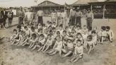 Fotogràfia en blanc i negre d'un grup de nens a la platge